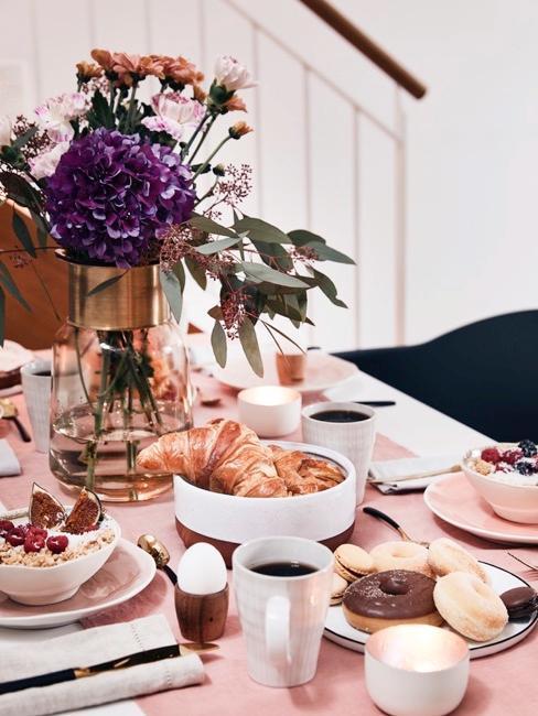 Dettaglio tavolo loft con colazione e runner rosa