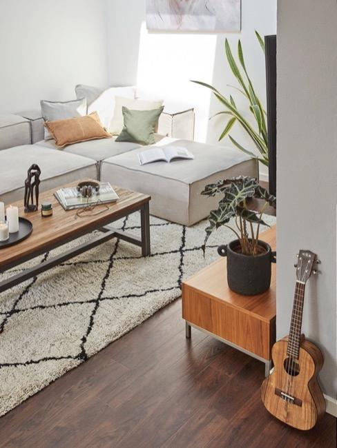 Sótano decorado con guitarra y sofá