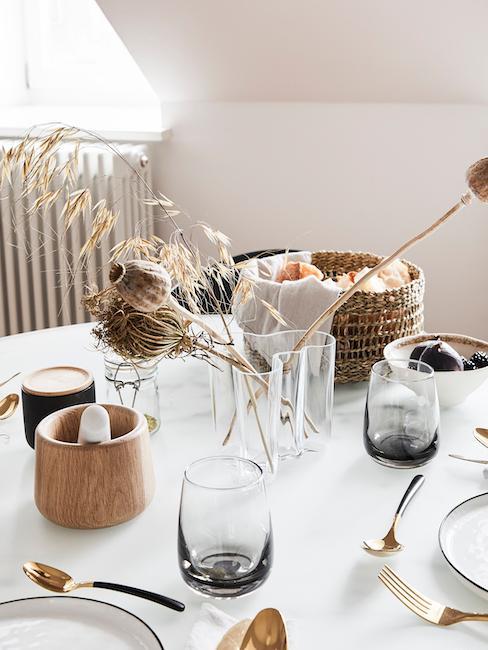 Witte ronde tafel met ontbijtsetting