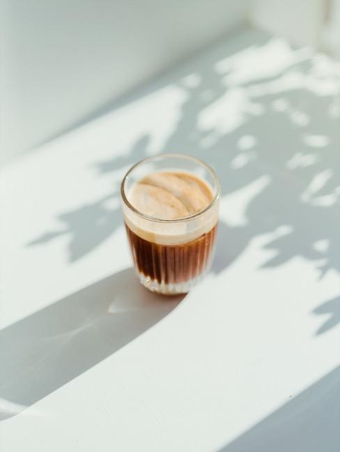 Espresso in Glas auf Boden