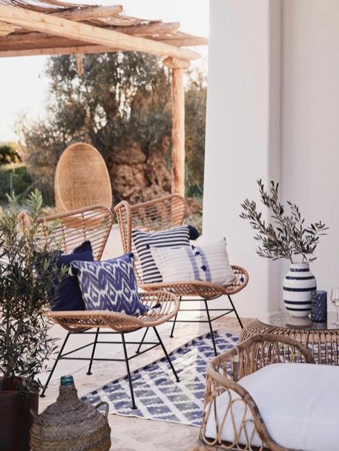 Terras met rotan meubelen en blauw-witte versiering