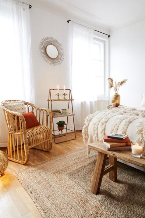 Camera da letto in stile etnico con dettagli in legno chiaro
