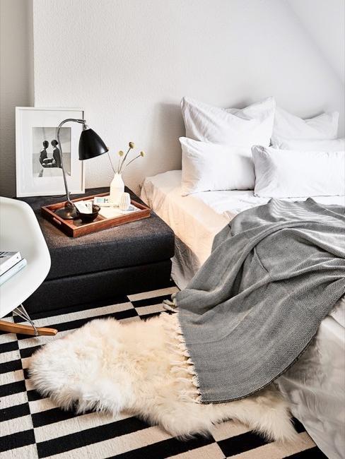 Slaapkamer met zwart-witte decoratie