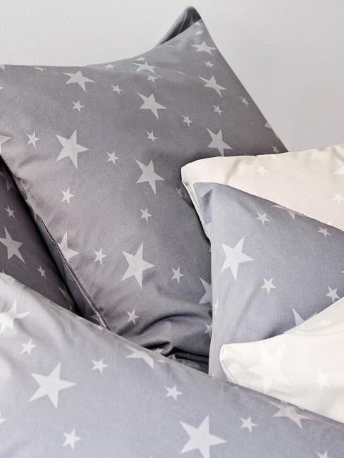Bettwäsche mit Sternen im Schlafzimmer auf dem Bett