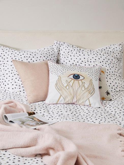 Bettwäsche mit Punkten auf dem Bett mit Kissen mit Printdrucken