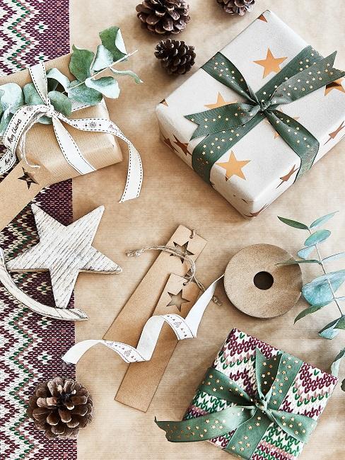 Regali impacchettati con carta bianca e fiocchi verde e oro