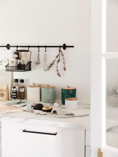 Helle Küche mit Marmorplatte, schöne Aufbewahrungsdosen als Deko