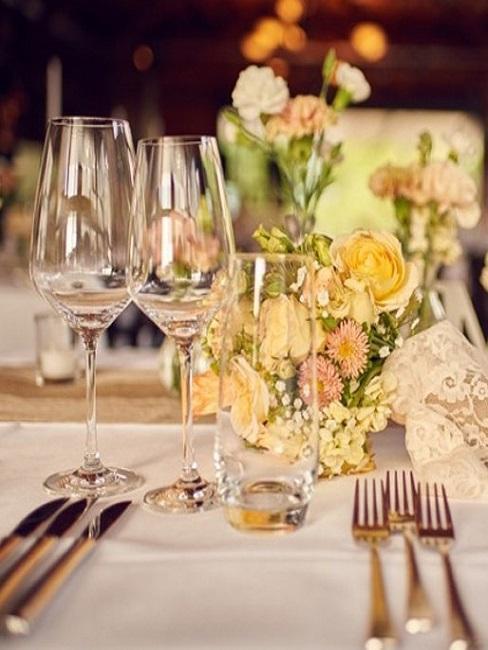 Hochzeits-Tischdeko mit bunten Blumen