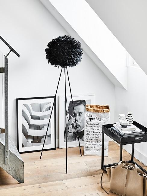 Schwarze Wolkenlampe als Stehlampe neben Bildern und Beistelltisch