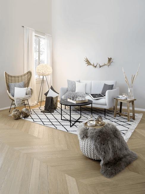 Wolkenlampe im Wohnzimmer neben Sessel, Sofa, Tisch und karierten Teppich