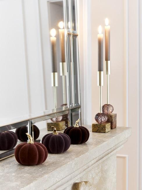 Kamin-Attrappe Deko mit roten und silbernen Kerzen