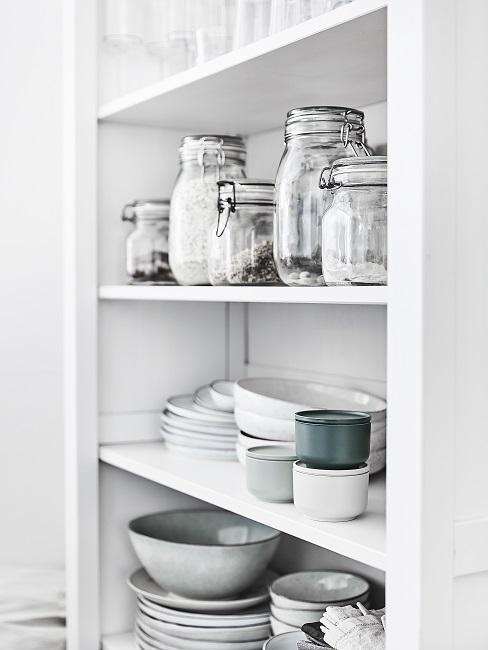 Wohnküche Regal mit Vorratsgläsern, Teller, Schüssel und Taschen