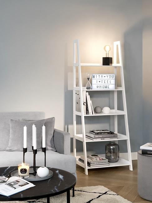 Bücherregal Ideen Leiter mit Deko neben grauem Sofa