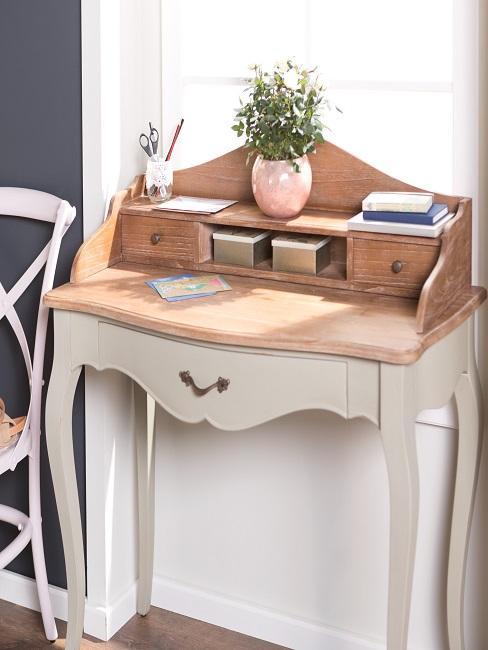 Heller Sekretär aus Holz im Vitnage Look in einer Nische im Wohnzimmer
