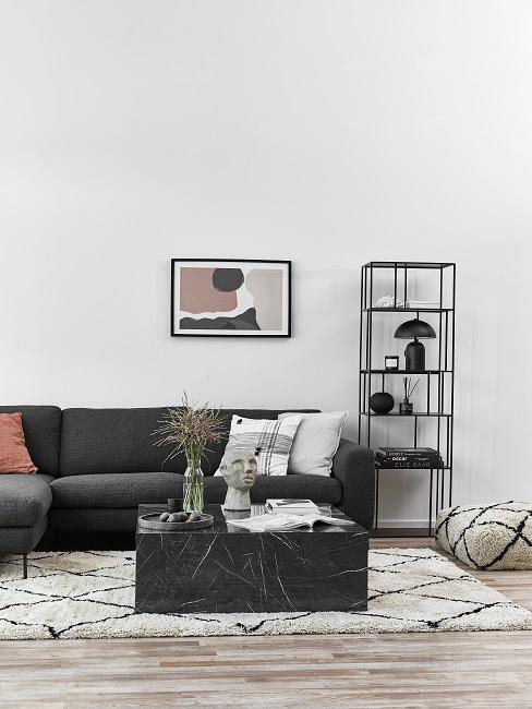 Grau eingerichtetes Wohnzimmer mit schwarzen Akzenten