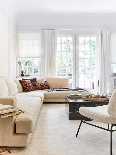 Helles großes Wohnzimmer mit dunklem Marmortisch