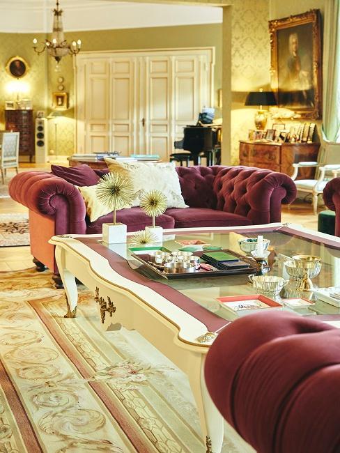 Opulentes Wohnzimmer mit bordeaux roten Sofas