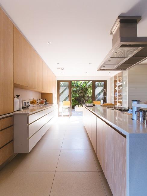Eine modern eingerichtete Küche.