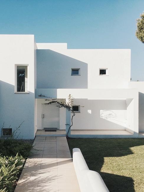 Modernes Haus mit einer weißen Außenwand.
