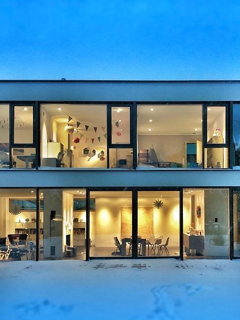 Haus mit großen bodentiefen Fenstern.