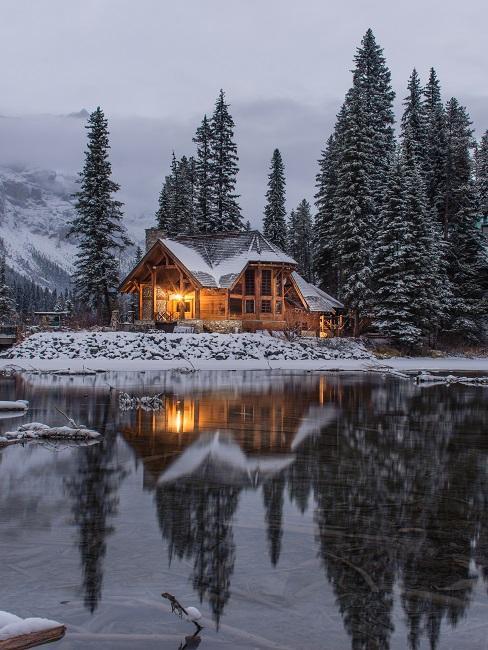 Haus im Country Style von Wäldern umgeben an einem See.