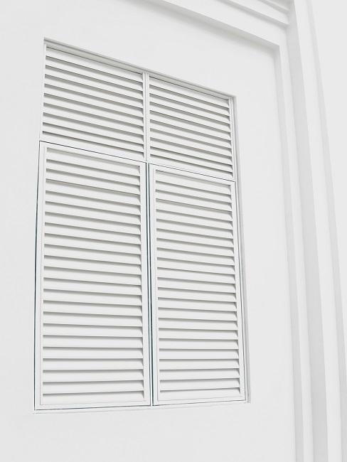 Fenster verdunkeln mit weißen Shuttern aus Holz