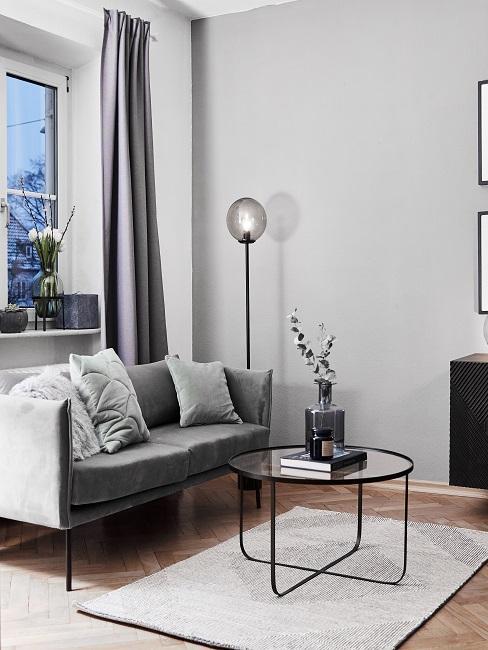Kleines Wohnzimmer in Grau