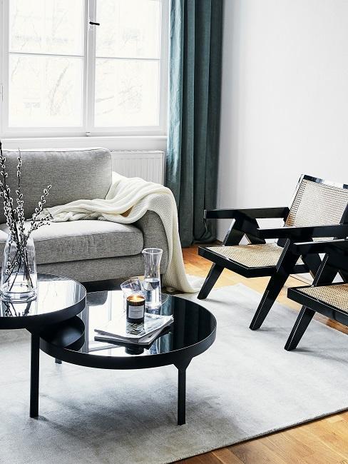 Graues Wohnzimmer mit schwarzen Möbeln