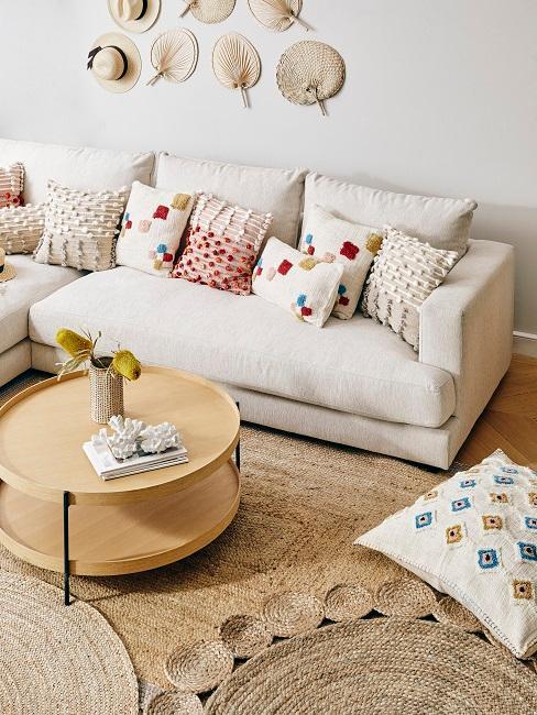 Helles Wohnzimmer in Naturtönen mit bunten Kissen