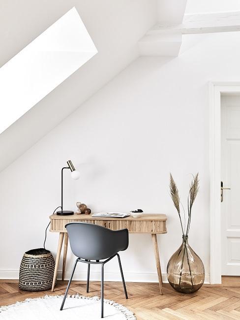 Arbeitszimmer mit multifunktionalem Holz-Schreibtisch mit Schubladen, einem Stuhl und einer XL-Bodenvase mit Pampasgras