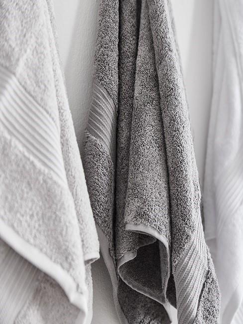 Nahaufnahme weißer und grauer Handtücher