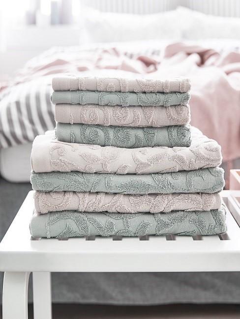 Stapel frischer Handtücher auf einer Ablagefläche