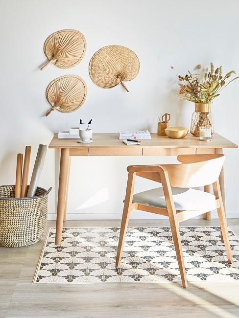 Schreibtisch aus Holz im Wohnzimmer, darüber Bast-Wandobjekte als Wanddeko