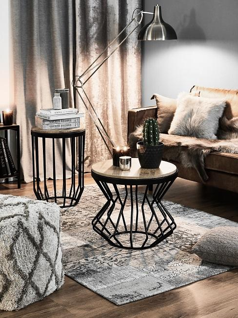 Wohnzimmer mit gemütlicher Sofaecke in Naturtönenmit vielen Kissen und einem Teppich