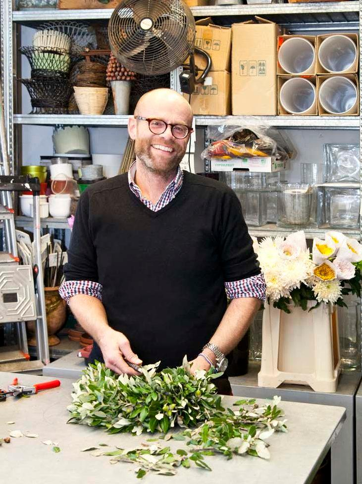 Florist am Blumenkranz binden
