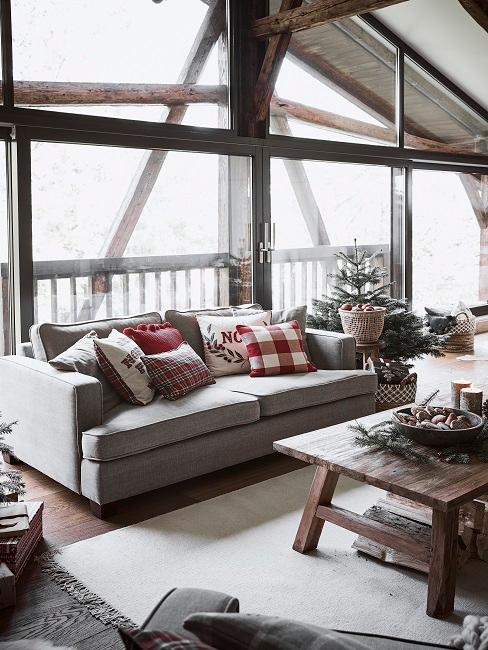 Wohnzimmer im Coorie Look vor großer Fensterfront