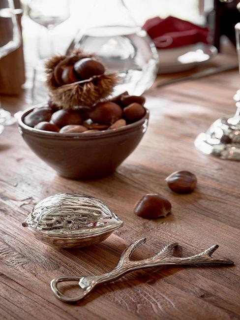 Nüsse in einer Dekoschale auf dem Esstisch als Dekoration.
