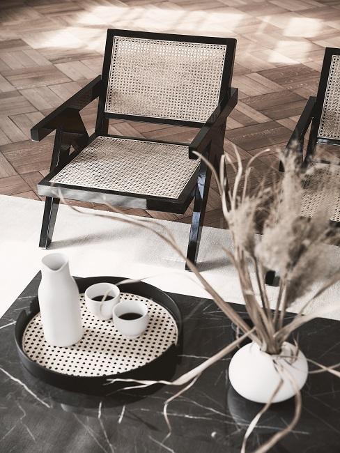Japandi Deko: Weiße Karaffe und Tassen auf Dekotablett aif Marmortisch