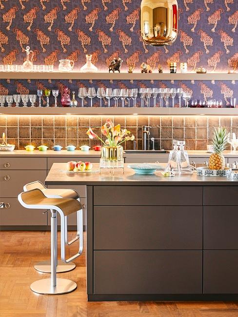 Edle graue Küche mit einer Lila Tapete mit orangenen Tigern