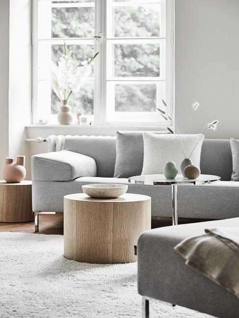 Wohnzimmer im Scandi Style mit rundem Couchtisch aus Holz