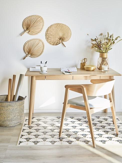 Schreibtisch und Stuhl aus hellem Holz im Scandi Style