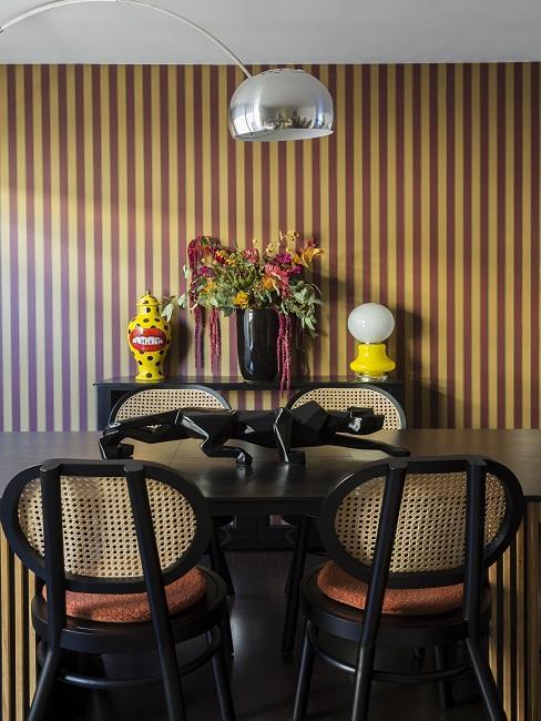 Gelb-schwarzes Esszimmer mit einem schwarzen Jaguar als Dekoobjekt