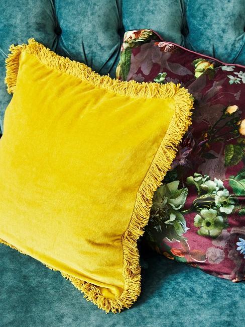 Nahaufnahme von einem gelben und einem lila Kissen mit Blumen