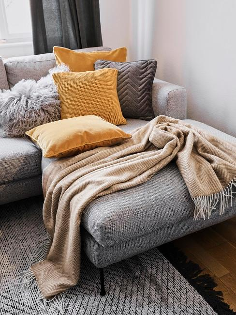 Sofa mit vielen gelben Kissen