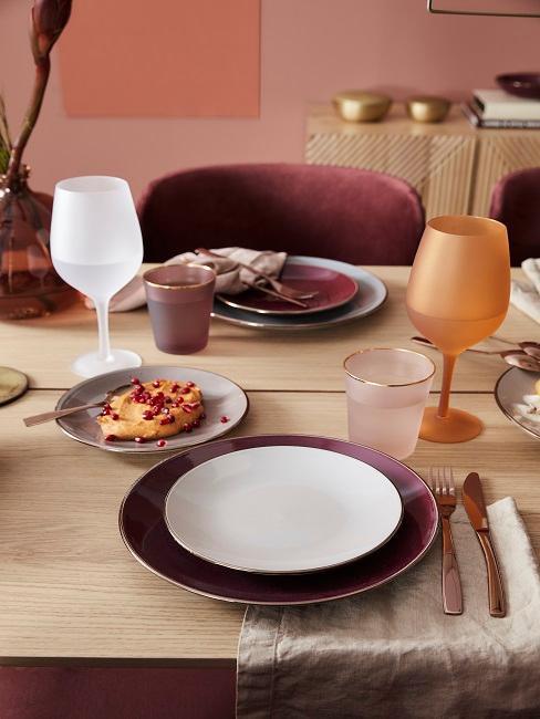 Mediterran gedeckter Tisch in  Rot und Orange