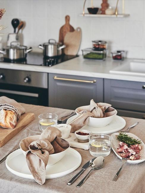 Gedeckter Esstisch in der Küche
