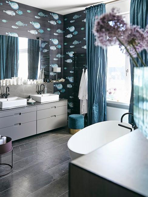 Modernes Badezimmer mit dunklem Boden und dunkeler Tapete mit Fischen