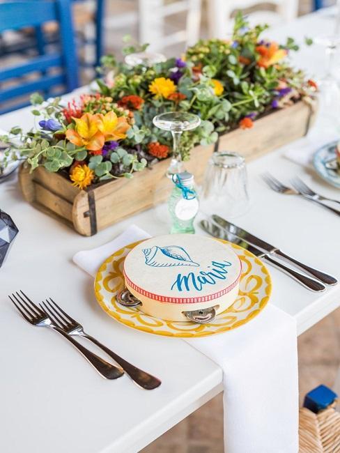 Blumendeko Hochzeit Holzkasten bunte Blumen