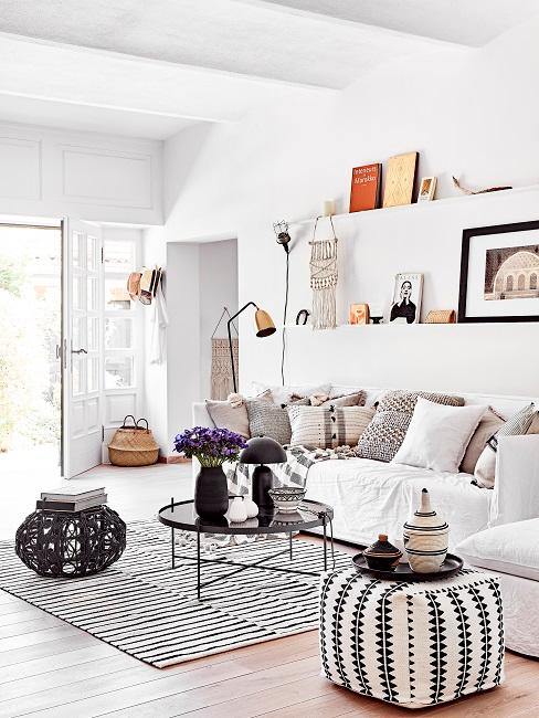 Boho Wohnzimmer in Schwarz-Weiß