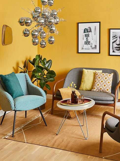 Retro Wohnzimmer mit gelber Wanfarbe und Kugelleuchte